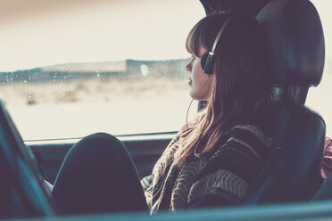 Young woman travelling in car listening music - SIPF000478
