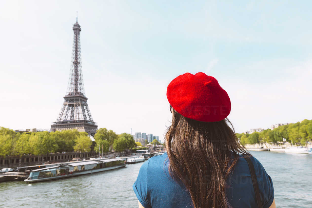 France, Paris, back view of woman wearing red beret looking at Eiffel Tower - GEMF000898 - Gemma Ferrando/Westend61
