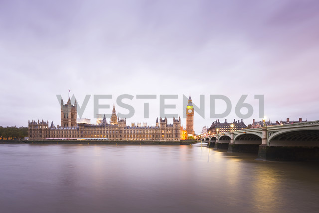 United Kingdom, England, Big Ben and Houses of Parliament and Themse bridge in the evening - EPF000094 - Maria Elena Pueyo Ruiz/Westend61