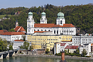 Germany, Bavaria, Lower Bavaria, Passau, St Stephan's Cathedral and Inn river - SIEF007013