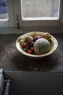 Bowl with fruit and tomatoes on windowsill - RIBF000415