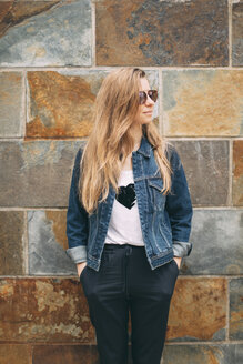Woman with sunglasses looking sideways - JPF000152