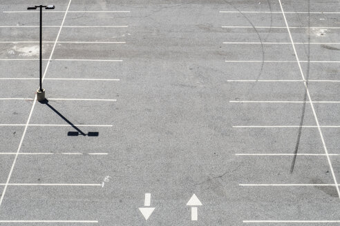 USA, Philadelphia, Empty parking lot, seen from above - MELF000115