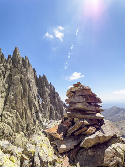 Spain, Sierra de Gredos, cairn in mountainscape - LAF001650