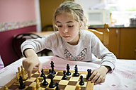 Little girl playing chess - RAEF001176