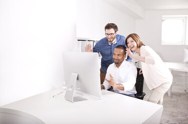 Colleagues skyping in a modern office - MFRF000677