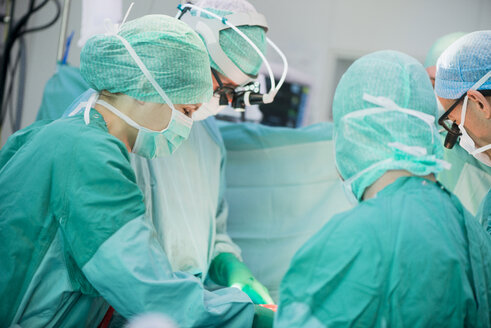 Heart surgeons during a heart operation - MWEF000050