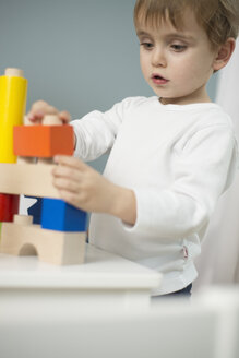 Little boy playing with building blocks - LFOF000237