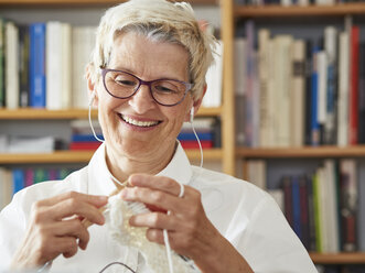 Portrait of knitting senior woman - DISF002492