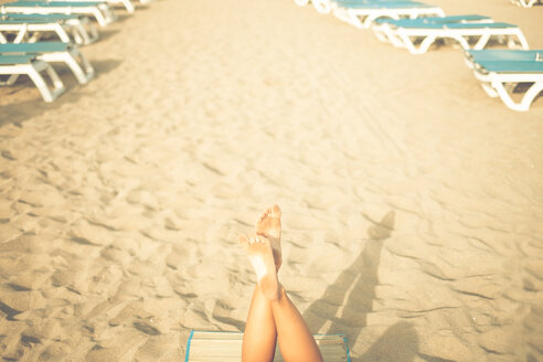 Spain, Tenerife, legs of young woman at beach - SIPF000513