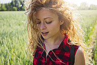 Portrait of woman with curly hair in nature - GIOF001151