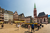 Germany, Frankfurt, view to Ostzeile and St. Nicholas church at market square with Gerechtigkeitsbrunnen - TAM000472