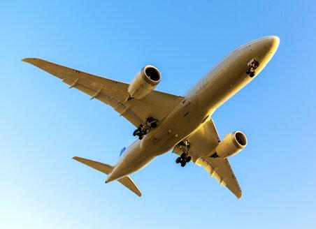 Landing jet against blue sky - JLRF000033