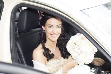 Smiling bride in car - FCF000966