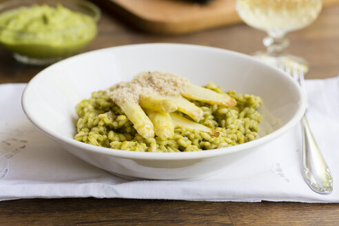 Risotto with green asparagus pesto, white asparagus spears and vegan almond Parmesan - HAWF000921