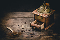 Grinding coffee with vintage coffee mill - IPF000292