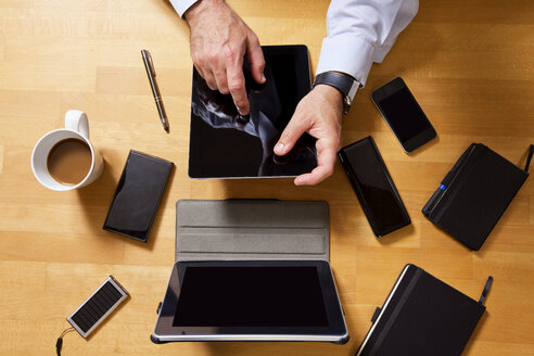 Overhead view of businessman using technology - MAEF011750