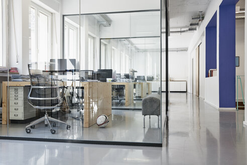 Interior of bright modern office - RHF001584