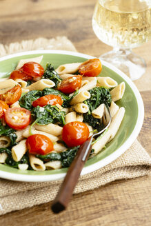Wholegrain Penne Pasta with Spinach, Garlic and Tomatoes - HAWF000932