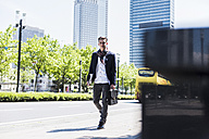 Young man on the move in the city - UUF007539