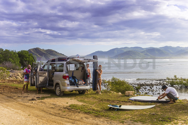 Indonesia, Sumbawa, car, surfer at the beach - KNTF000300