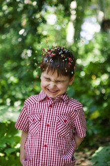 Confetti falling on happy boy - VABF000552