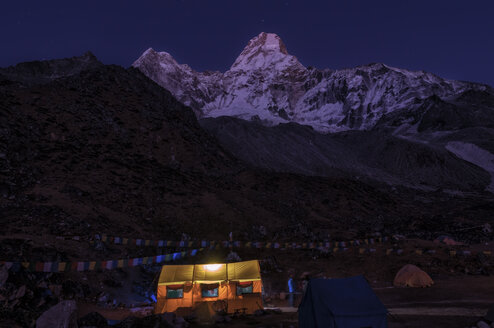 Nepal, Himalaya, Solo Khumbu, Everest region Ama Dablam, tent camp at night - ALRF000506