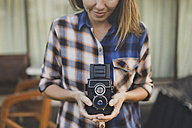 Woman using vintage camera - KNTF000328