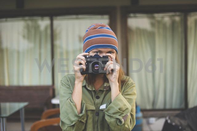Woman using vintage camera - KNTF000334