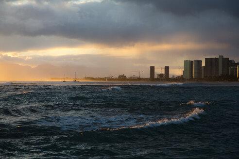 USA, Hawaii, Oahu, sundown at Waikiki Beach - NGF000355