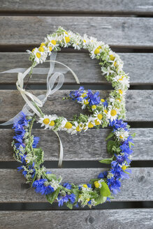 Two floral wreath on wood - ASCF000619