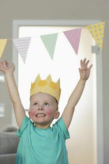 Happy boy wearing paper crown - NHF001499
