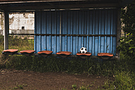 Football on empty coaching bench - UUF007690