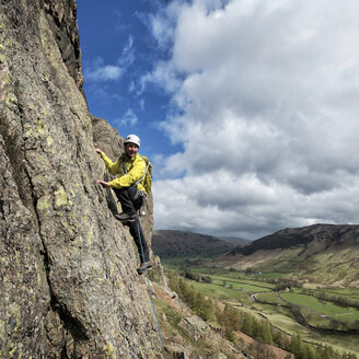England, Cumbria, Lake District, Langdale, Raven Crag, Middlefell Buttress, climber - ALRF000536