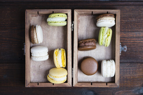 Different macarons in a wooden box - MYF001522