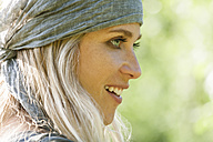 Smiling blond woman with headband - TCF004978