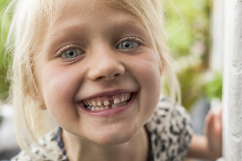 Portrait of happy blond girl - TCF004984