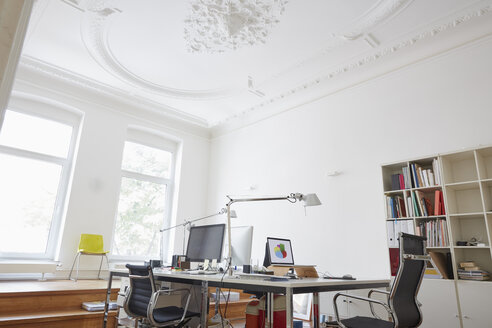 Modern office with stucco ceiling - RHF001591