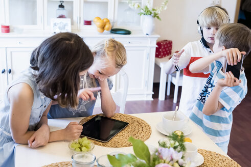 Children sharing mobile devices - MJF001874