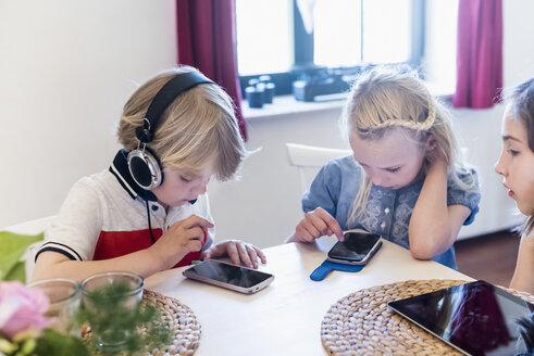Three children with mobile devices - MJF001883