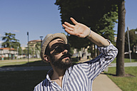 Young man with hat and sunglasses shielding his eyes - FMOF000004