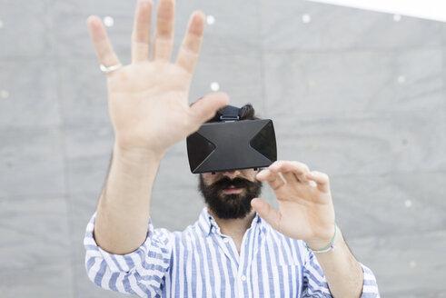 Man wearing Virtual Reality Glasses - FMOF000025
