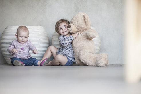 Two baby girls and a teddy bear - ZEF008728