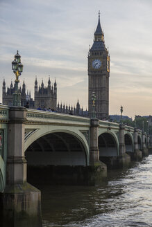 United Kingdom, London, view to Westminster Bridge and Palace of Westminster with Big Ben in the evening - ABZF000715