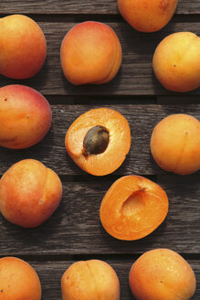 Sliced and whole organic apricots on wood - JTF000753
