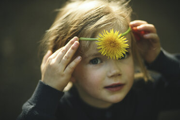 Portrait of girl with dandelion - SBOF000157
