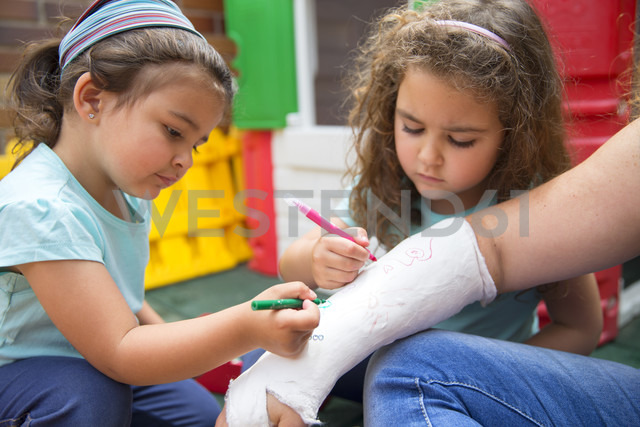 Little girls painting her mother's plaster arm - ERLF000180 - Enrique Ramos/Westend61