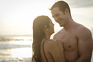 Couple in love on the beach at twilight - ABAF002057