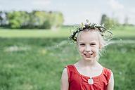 Portrait of smiling girl wearing flower wreath - MJF001930