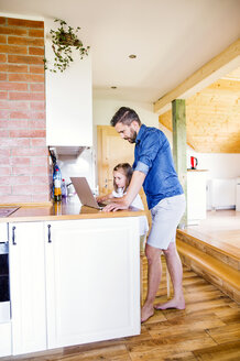 Father and daughter using laptop at home - HAPF000528